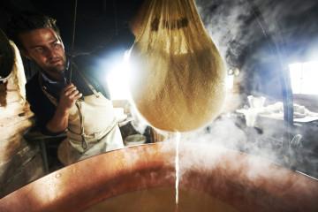 Stanglsalm / beim Kaese machen ©Philipp Horak / Tirol / kitzbuehl
