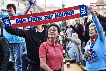 Oesterreich / Graz / Fpoe Kundgebung am Grazer Hauptplatz mit Norbert Hofer / am Bild Fans der Fpoe / 05.10.2017  ©Philipp Horak